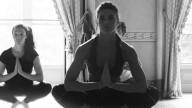 Martina Colombari bella a 40 anni con lo yoga