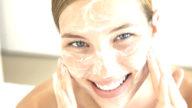 Una maschera per la pelle del viso arrossata