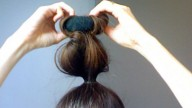 Capelli: onde naturali con sock bun