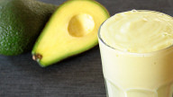Frullato anti-stress con latte di soia, banana e avocado