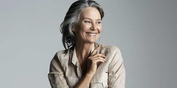 Louise Kenny, bellissima a 59 anni con lo yoga