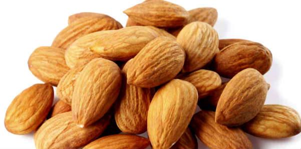 Le mandorle aiutano a ridurre l'accumulo di grasso
