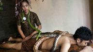 Un massaggio rilassante con i serpenti