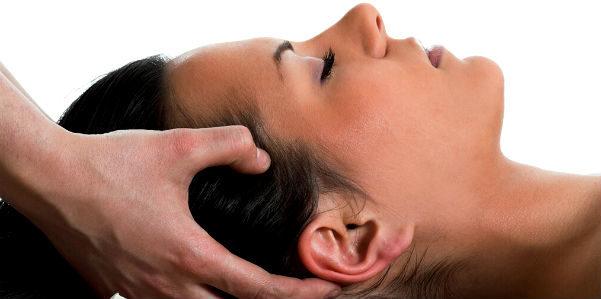 Massaggio al cuoio capelluto: i benefici