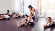Come cercare il giusto istruttore di yoga: a cosa fare attenzione
