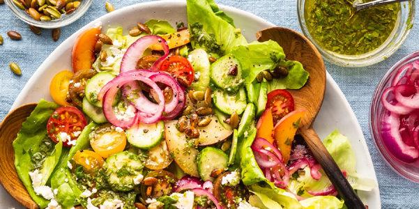 Insalate per combattere il caldo estivo: ricette insolite e gustose