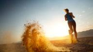Correre in spiaggia per allenarsi d'estate, ma come farlo in modo sicuro?